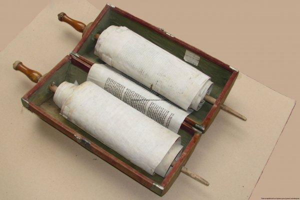 Тора рукописная в деревянном футляре
