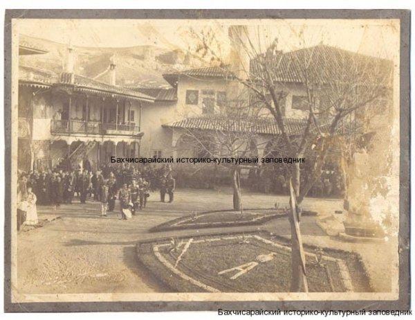 Фото. Открытие фонтана в Ханском дыорце в честь 300-летия Дома Романовых