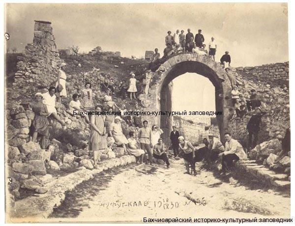 Фото. Туристы на Чуфут-Кале.