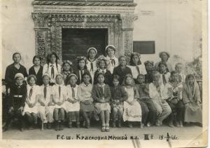 Ханский дворец. Учащиеся и преподаватели русской средней школы