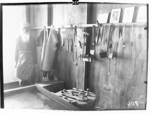 Инструменты сапожника. Начало XIX в. Экспозиция в Музее истории и культуры крымских татар.